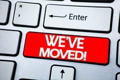 手写公告我们移动了的文本陈列 在红色钥匙写的公司改变的位置的企业概念keybord的 库存照片