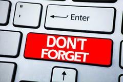 手写公告文本陈列不忘记 唐t记忆的在keybord b的红色钥匙写的Remider企业概念 免版税库存照片