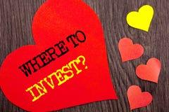 手写公告文本陈列在哪里投资问题 意味财务收益的概念投资计划忠告财富命令 免版税库存照片