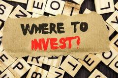 手写公告文本陈列在哪里投资问题 意味财务收益的概念投资计划忠告财富命令 库存照片