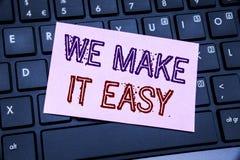 手写公告文本陈列我们使它容易 帮助在稠粘的便条纸写的质量解答的企业概念  免版税库存图片