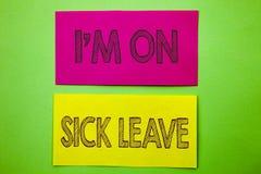 手写公告文本陈列我m是在病假 缺席概念性照片假期的假日出于办公室憔悴热病 向量例证