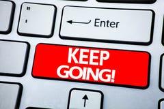 手写公告文本陈列继续去 移动今后让的Go的企业概念写在keybord的红色钥匙 免版税库存照片
