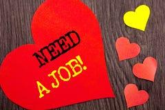 手写公告文本陈列需要工作 概念意思失业失业的工作者查寻在心脏写的事业L 免版税库存图片
