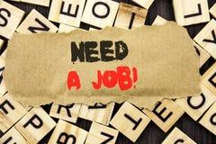 手写公告文本陈列需要工作 概念意思失业失业的工作者查寻在泪花pa写的事业 库存照片
