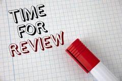 手写回顾的文本时间 给反馈评估率工作测试或产品Qualify的概念意思写在笔记本 免版税库存照片