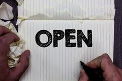 手写开放文本的文字 概念意思允许事通过通过或为闭合的笔记本regis直接用途相反  免版税库存照片