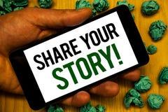 手写文本份额您的故事诱导电话 拿着电话的概念意思经验乡情记忆个人手白色 库存图片