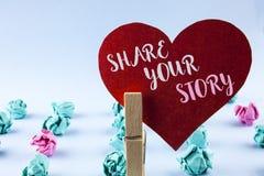 手写文本份额您的故事 概念意思告诉个人经验谈论你自己在红色纸写的讲故事 免版税图库摄影