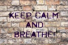 手写文本保留安静并且呼吸 概念意味休假克服每天困难 免版税图库摄影