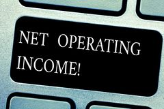 手写文本净经营收入 在扣除所有费用键盘键以后被创造的概念意思年收入 免版税库存照片