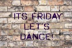 手写文本它的星期五让S舞蹈 概念意思邀请集会去迪斯科享受周末愉快 免版税库存照片