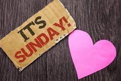 手写文本它的星期天电话 概念意思放松享受在Cardboa写的假日周末假期休息日自由放松 免版税库存照片
