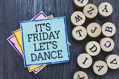 手写文本它s是星期五让s是舞蹈 意味Celebrate的概念开始周末去党迪斯科音乐黑色木d 库存照片