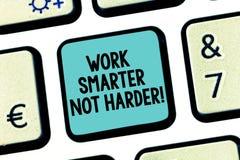 手写文本工作更加聪明不更加坚硬 概念意思是一个更加高效率的工作者高生产力键盘键 免版税库存图片