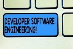 手写文本开发商软件工程 形成在设计的概念意思标准键盘键的软件基地 免版税库存图片
