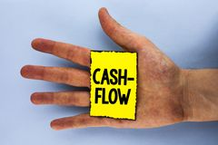 手写文本收入现款额 意味金钱的真正运动的概念由公司在黄色S写的财务处统计 库存照片