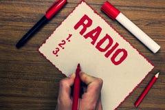 手写文本收音机 意味电子设备的概念使用为听广播节目显示三支记号笔nic 图库摄影