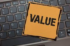 手写文本文字价值 概念意思或某人被认为高度重大可贵的黑膝上型计算机键盘某事 免版税库存图片