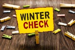 手写文本文字冬天检查 冬季概念意思最冷的季节维护准备雪的铁锹 免版税库存图片