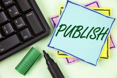 手写文本文字出版 概念意思使有用的资料对人发布在稠粘的N写的一个书面产品 免版税库存照片