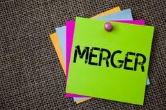 手写文本文字合并 概念两件事或公司融合联合统一稠粘的卡片的意思组合 库存照片