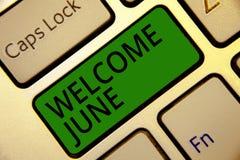 手写文本文字欢迎6月 概念意思日历第六个月二季度三十几天问候键盘绿色ke 免版税库存图片