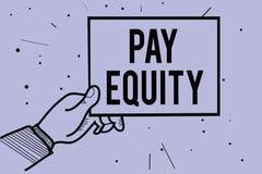 手写文本文字薪水公平 概念意思消灭性的和在薪水系统的种族歧视供以人员拿着pape的手 皇族释放例证
