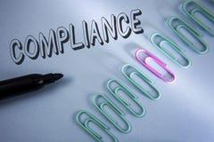 手写文本服从 意味Technology Company的概念在简单的蓝色backgro设置它的政策标准章程被写 免版税图库摄影