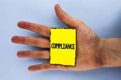 手写文本服从 意味Technology Company的概念在黄色稠粘的笔记设置它的政策标准章程被写 免版税库存图片