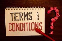 手写文本期限和条件 意味法律法律协议声明制约解决带红色纸球的概念 免版税库存照片