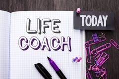 手写文本生活教练 概念意思良师引导的就业指导鼓励在笔记本书写的教练员辅导者o 库存照片