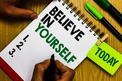 手写文本相信你自己 意味的概念鼓励某人自信刺激行情日志笔笔记薄圆环 库存图片