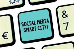 手写文本社会媒介聪明的城市 概念意思连接了技术先进的现代城市键盘键 免版税库存图片