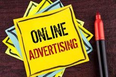 手写文本网上广告 概念意思网站竞选广告在黄色Sti写的电子销售SEO到达 库存图片