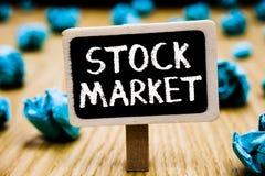 手写文本股市 意味股票和证券被换或被弄皱的exhange黑板的特殊市场的概念 免版税库存照片