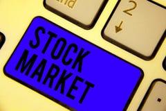 手写文本股市 意味股票和证券被换或exhange键盘蓝色钥匙的特殊市场的概念 库存图片