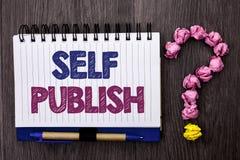 手写文本自已出版 概念意思出版物在t写新闻事业原稿在笔记本书写的文章事实 免版税图库摄影