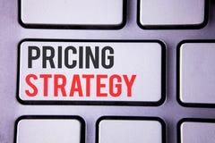 手写文本订价战略 概念意思营销销售战略赢利在白色键盘写的促进竞选活动 免版税库存照片