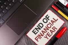 手写文本财政年度终 概念意思收税时间会计6月数据库在白色稠粘没有写的成本单 图库摄影
