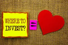 手写文本陈列在哪里投资问题 投资计划忠告财富的财务收益的企业概念写在S 免版税库存照片