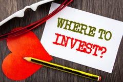 手写文本陈列在哪里投资问题 投资计划忠告财富的财务收益的企业概念写在S 库存照片