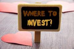 手写文本陈列在哪里投资问题 陈列财务收益的企业照片投资计划书面的忠告财富 免版税库存照片