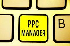 手写文本Ppc经理 登广告者每次支付费他们的广告一的概念意思是点击的键盘黄色钥匙 图库摄影