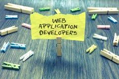 手写文本Web应用程序开发商 概念意思互联网编程的专家技术软件纸夹举行writt 免版税库存照片