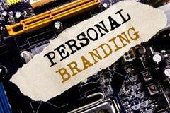 手写显示个人烙记的公告文本 在稠粘的笔记写的品牌大厦的企业概念,计算机主要 库存照片