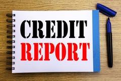 手写显示信用报告的公告文本 财务在笔记薄便条纸backgr写的比分支票的企业概念 免版税库存照片