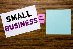 手写显示小企业的公告文本 Family的Owned在wo的稠粘的便条纸写的Company企业概念 图库摄影