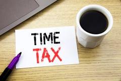 手写显示时间税的公告文本 征税在向求爱的笔记本书写的财务提示的企业概念 库存照片
