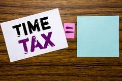 手写显示时间税的公告文本 征税在稠粘的便条纸写的财务提示的企业概念求爱 免版税图库摄影